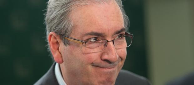 Eduardo Cunha ligado em todos os detalhes da votação.