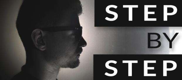 Fot: Logo do piosenki Step By Step - Patryk Ulaszewski.