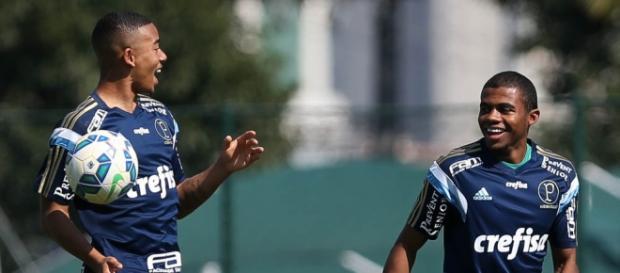 Gabriel Jesus e Lucas Taylor brincam na Academia de Futebol do Palmeiras.