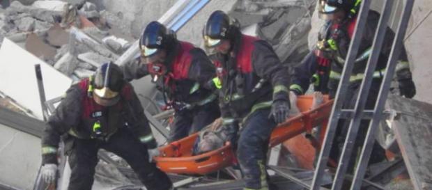 Le unità di soccorso cercano superstiti sotto alle macerie.