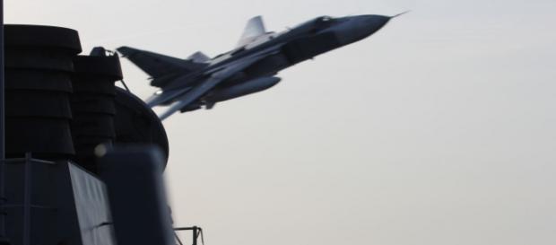 Un avion rusesc Su-24 face o manevră periculoasă lângă nava americană USS Donald Cook