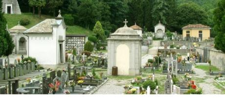 Cimitero con tombe e suppellettili