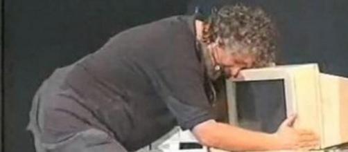 Beppe Grillo in uno spettacolo a teatro