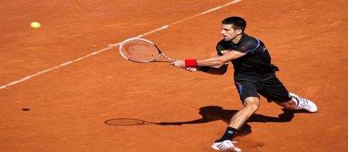 Djokovic during a slip on clay in 2011/ Photo: Yann Caradec (Flickr) CC BY-SA 2.0