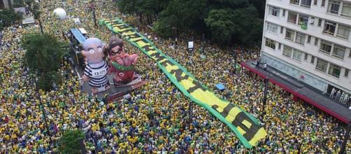 Manifestações populares e espontâneas, em 13 de março, consideradas as maiores da História do País.