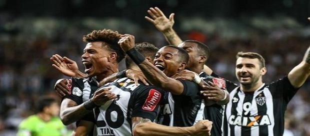 Jogadores atleticanos comemorando um dos gols da partida.