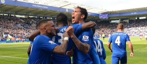 Jogadores do Leicester comemorando gol de pênalti nos acréscimos.