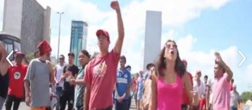 Petistas consideram a TV Globo golpista por cobrir a votação do impeachment