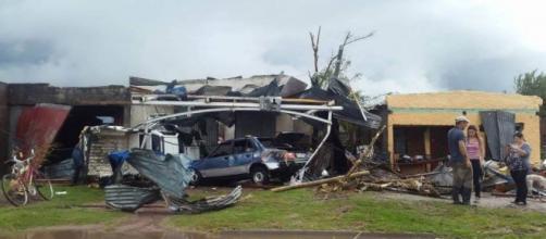 Tornado no Uruguai deixa a cidade de Dolores destruída