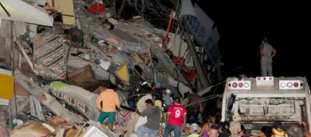 Sismo no Equador centenas de mortos.