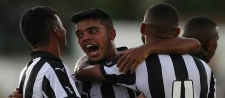 Jogadore comemorando o gol de Leandrinho