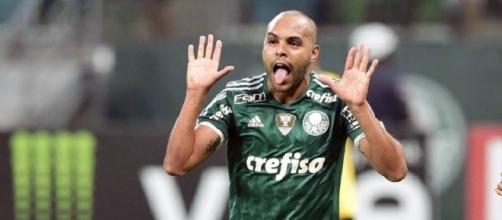 Alecsandro, comemorando seu gol na vitória do Palmeiras.