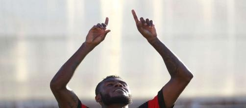 Cirino, comemorando seu gol na vitória do Flamengo sobe o Bangu