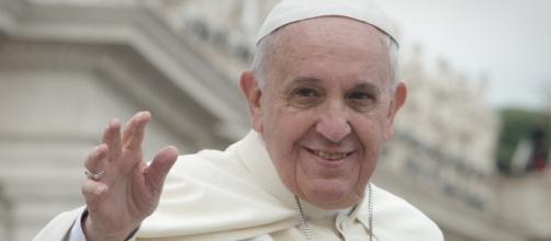 Papa Bergoglio va in Grecia senza accorgersene.