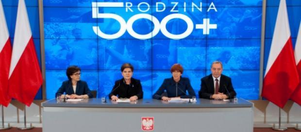 Il primo ministro presenta il nuovo programma governativo 500+ foto pis.org.pl