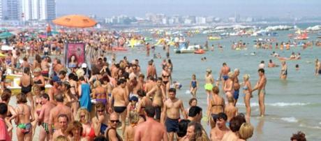 Una spiaggia italiana affollata