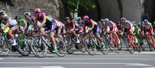 Il gruppo affronta una curva sul percorso del Giro d'Italia