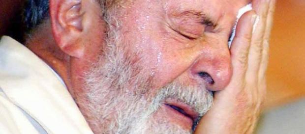 Lula emocionado e chorando em encontro