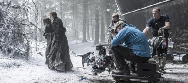 Theon e Sansa procuram abrigo na nova temporada da série