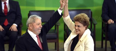 Dilma Rousseff e Lula durante posse que foi suspensa por decisão liminar no STF