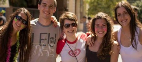 Lara Ordano es la mujer que está ubicada en centro de sus amigos