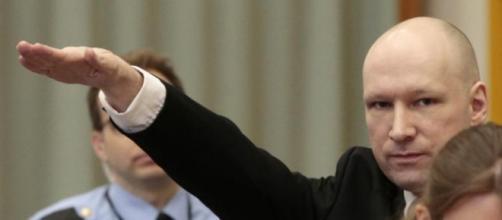 Anders Breivik faz a saudação Nazi em tribunal.