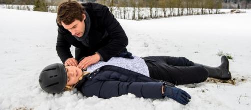 Sebastian mentre soccorre Luisa.