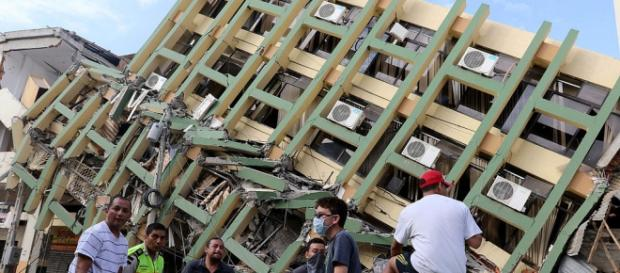 Edificio derrumbado por el terremoto de Ecuador en Portoviejo