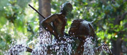 Escultura de Sant Jordi en una fuente