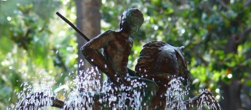 Estatua de Sant Jordi en una fuente