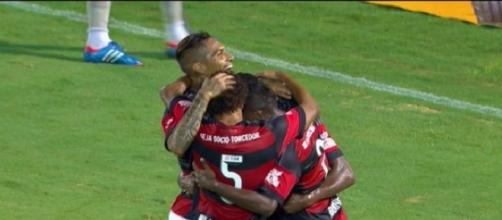 Jogadores comemorando um dos gols do Flamengo na partida.
