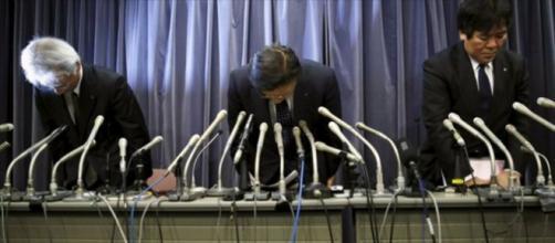 Pidiendo disculpas en la rueda de prensa