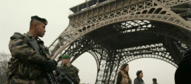 Militares en Francia ante la Torre Eiffel
