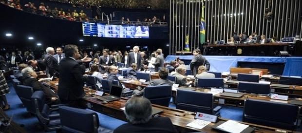 Parlamentares no plenário do Senado