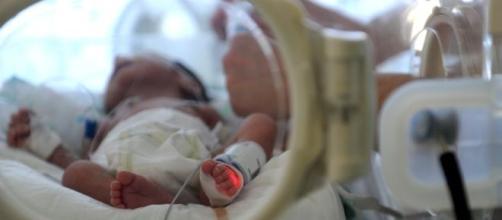 bebé en una unidad de cuidados intensivos