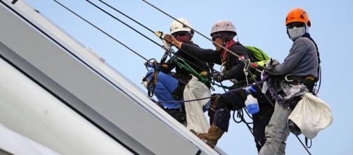 Escaladores trabajando en las alturas