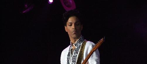 Prince playing at Coachella 2008 / penner, Wikipedia