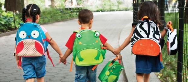 Bambini che si recano a scuola
