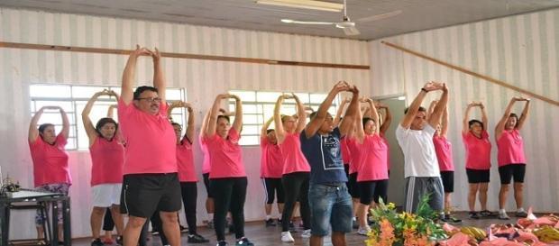 Jovens da terceira idade dançando