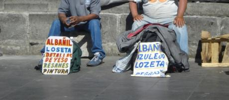 Gente ofreciendo sus servicios frente la Catedral Metropolitana de la CDMX