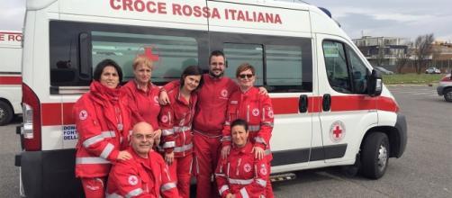 Un grupo di volontari della Croce Rossa di Fonte Nuova. Da snistra in alto il presidente, Cristina Paoli.
