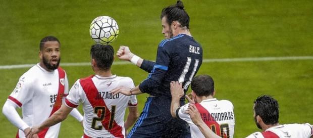 Gareth Bale muestra su poder aéreo ante la defensa rayista