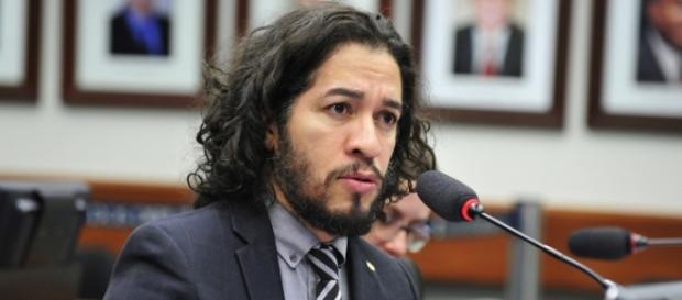 O deputado Jean Wyllys cuspiu no também deputado Bolsonaro, no plenário da Câmara Federal