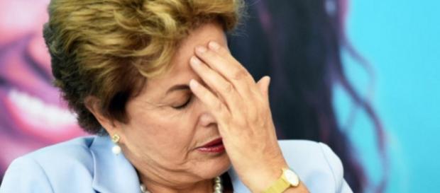 Dilma Rousseff mão na cabeça - Imagem do Google