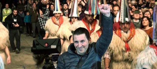 Otegi levantando el puño en señal de victoria