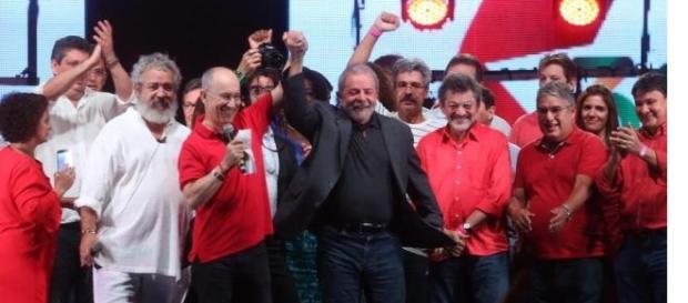 Lula diz que Brasil vai ter muitas lutas. PT aproveitou para acusar Temer de traição