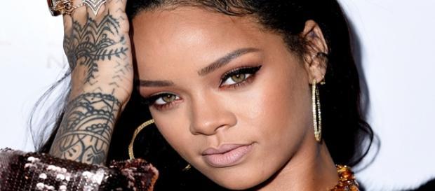 Rihanna lança projeto de bolsas de estudo para universitários.