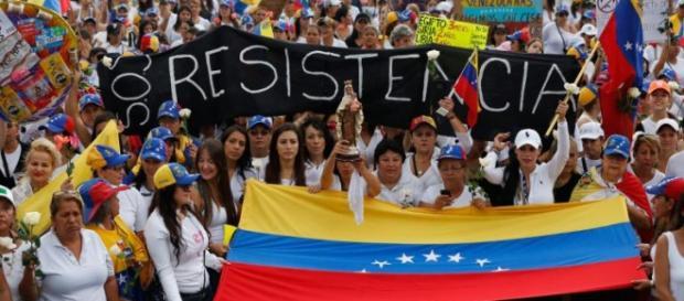 venezolanos ejercen presíon en las calles.