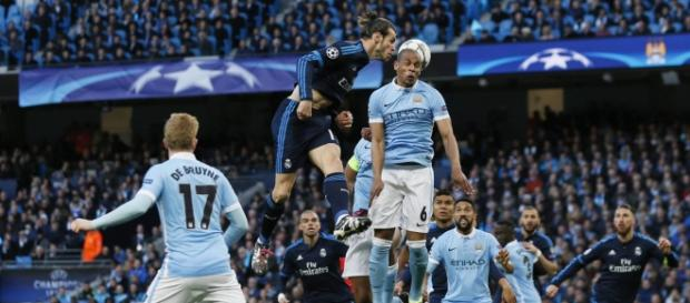 Gareth Bale intenta rematar ante Kompany