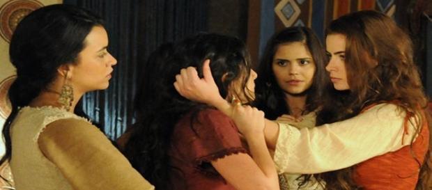 Joana agarra os cabelos de Ada em briga